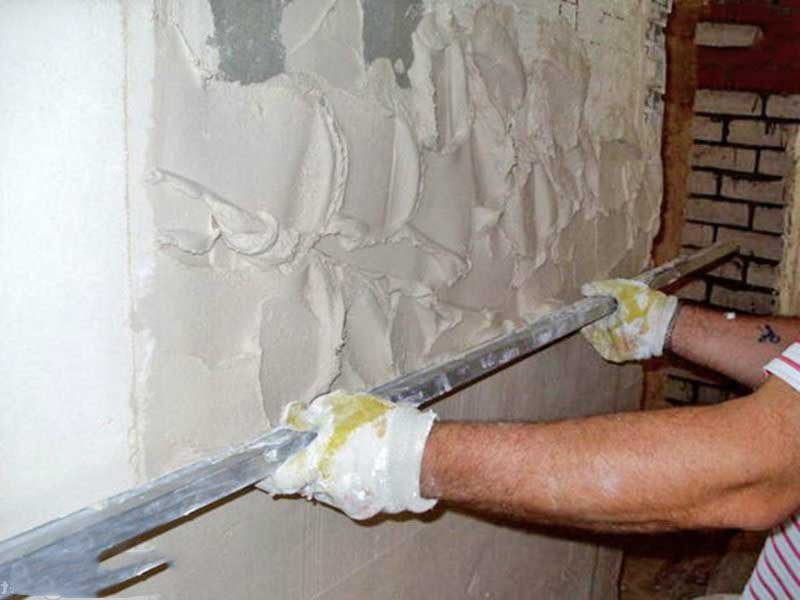 Нанесение щтукатурки на стену