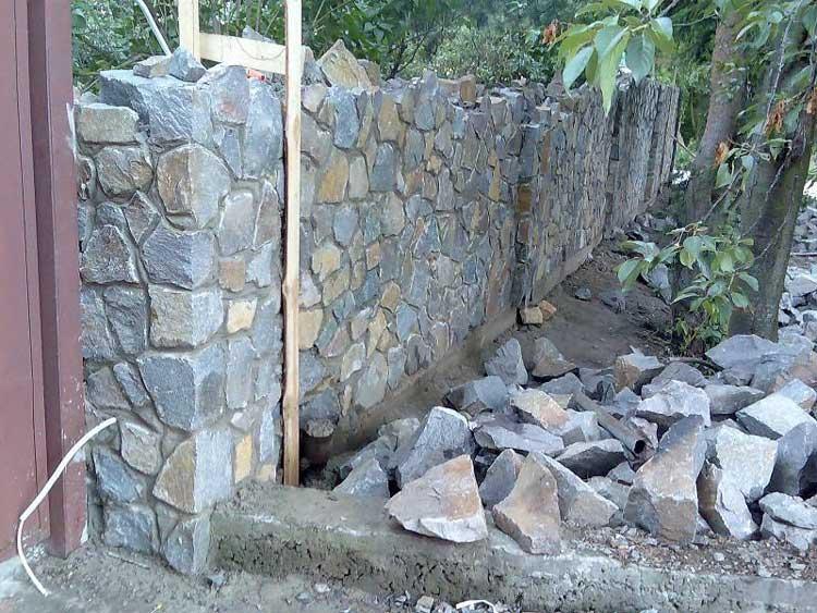 Как построить забор из камней своими руками