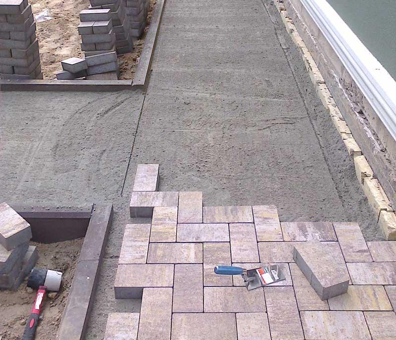 Как уложить брусчатку на бетонное основание