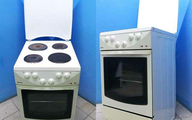Кухонные плиты как выбрать правильно. Известно, что плиты бывают газовыми, электрическими и комбинированными. Электрические плиты кухонные несомненно заслуживают внимания среди покупателей. Производители современных плит, работающих от электросети, вложили в них максимум достижений техники. А стильный дизайн выгодно отличает их от кухонных плит других типов. Электрические плиты делятся на три типа 1. Классические спиральные плиты с блинами-конфорками из металла всем знакомы. Они довольно долго нагреваются, а затем медленно остывают. 2. Спиральные плиты со стеклокерамикой нагреваются очень быстро, но для них нужна посуда с плоским дном. 3. Индукционные плиты работают еще быстрее. Они нагревают кастрюли при помощи радиоволн. Но для них тоже нужна специальная посуда. Несмотря на сравнительно высокую стоимость электроэнергии в сравнении с газом, во многих случаях только кухонные плиты электрические могут стать незаменимыми на кухне. Без таких плит просто не обойтись в загородном доме или даже квартире, где отсутствует газоснабжение. В современной кухне, которая находится в одном помещении с гостиной, вполне оправдана именно электроплита. Она не только выгодно подчеркнет уют Вашей кухни, но и не будет отвлекать гостей видом зажженного огня на плите. Стеклокерамические плиты Современные электроплиты можно разделить на традиционные и электрические плиты, стеклокерамика которых приятно удивит даже самого требовательного и избирательного покупателя. Если традиционные электрические плиты имеют самую обычную поверхность и знакомы всем, то стеклокерамические являются достижением нового поколения. Здесь консультанты всегда подскажут самые новейшие модели, подберут по приемлемой цене именно ту плиту, которая понравится Вам и подойдет для Вашей кухни. Кухонные плиты электрические сочетают в себе многофункциональность со стильным модным дизайном. Это означает, что они не только готовят быстрее, но и могут иметь различные виды конфорок, которые светятся под стеклом. Кроме обычного п