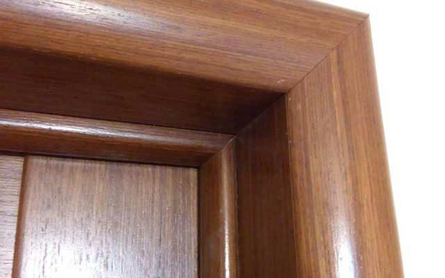 Как правильно прибить обналичку на двери