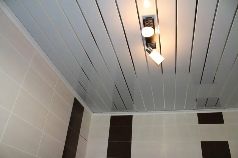 Реечный потолок в маленькой ванной