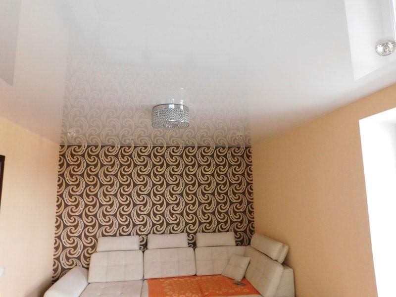 Глянцевый потолок в маленькой спальне