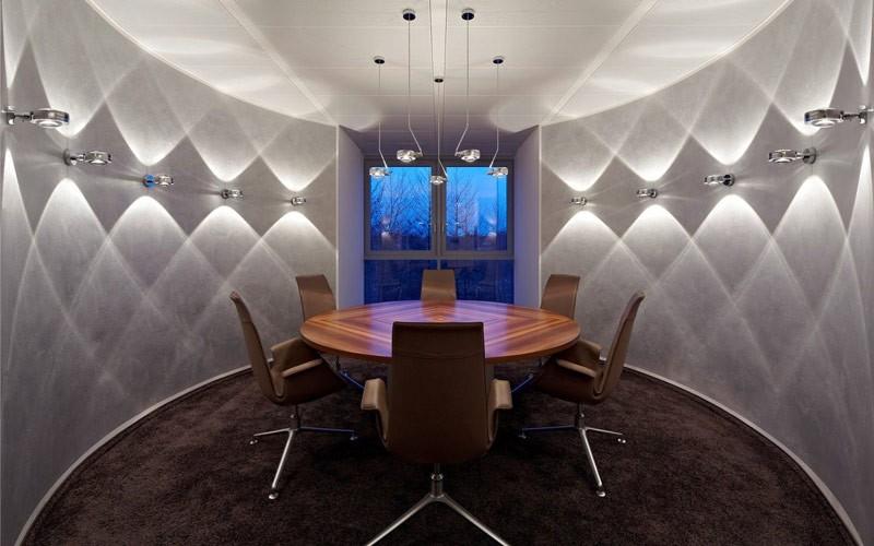 Правильное освещение увеличивает высоту потолков