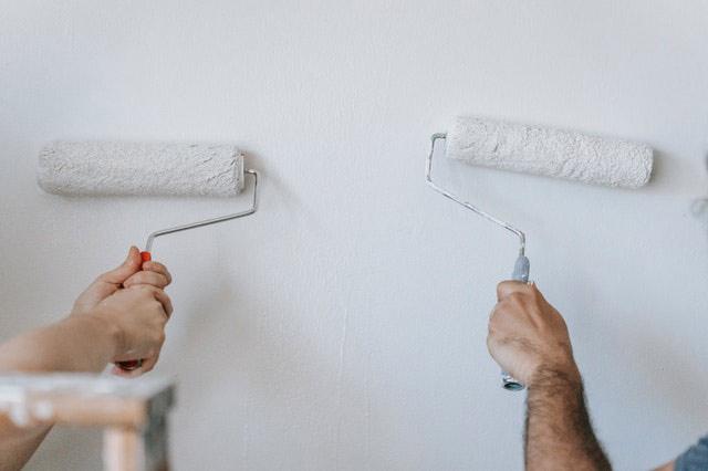 Грунтовка стены для поклейки обоев