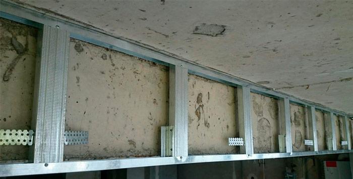 Потолочные балки в интерьере загородного дома