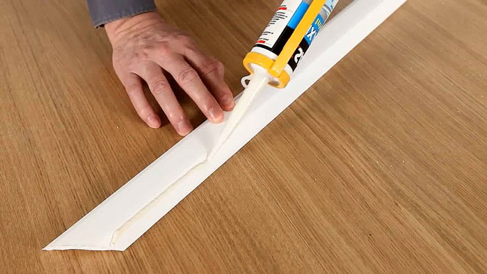 Как нанести клей на потолочный плинтус